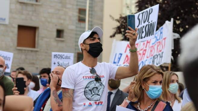 Manifestante cubano en la protesta este miércoles frente a la embajada cubana en Madrid