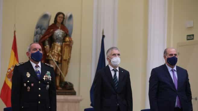 El ministro Grande-Marlaska, flanqueado por el DAO (izquierda) y el director general de la Policía.
