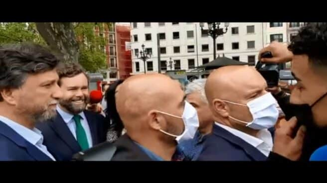 Un joven inmigrante se enfrenta al líder de Vox, Espinosa de los Monteros, en un acto en Bilbao