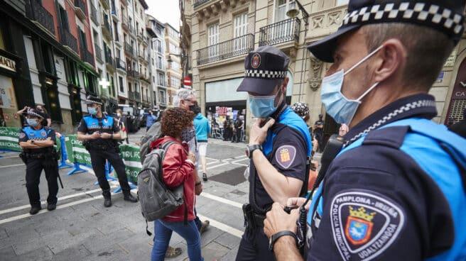 Varios agentes de policía vigilan el arranque de los 'No Sanfermines en Pamplona.