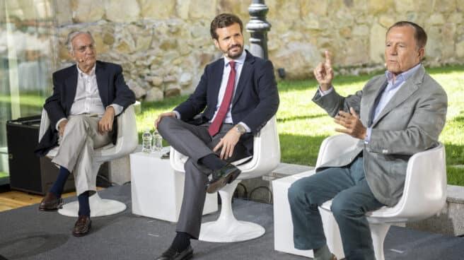 El líder del PP, Pablo Casado, en unas jornadas junto a Rafael Arias Salgado e Ignacio Camuñas.