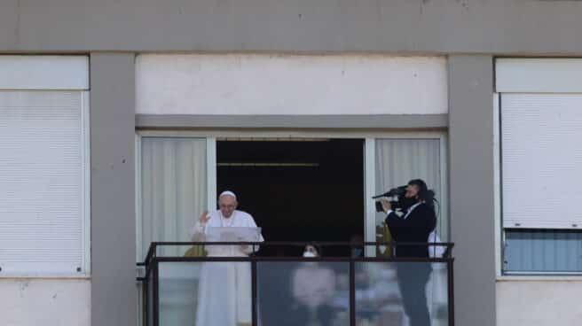 El papa Francisco durante el rezo del ángelus desde el hospital Policlinico Gemelli, donde permaneció ingresado