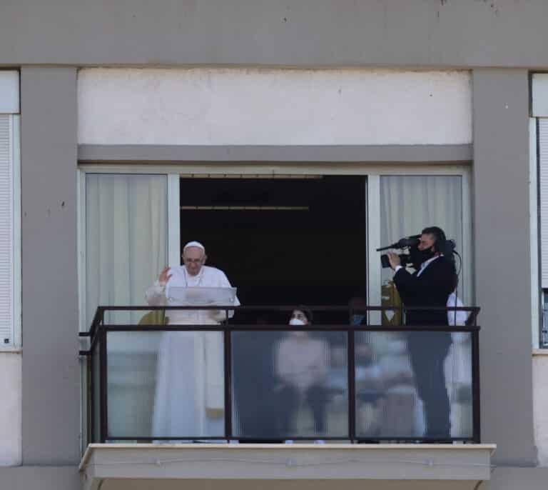 El Papa recibe el alta hospitalaria y vuelve al Vaticano