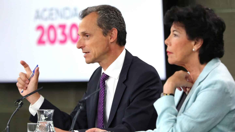Pedro Duque e Isabel Celaá, en una conferencia informativa en el Palacio de la Moncloa.