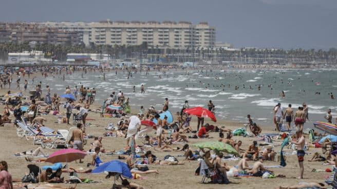 La Playa de la Malvarrosa repleta de gente en un día de alerta roja por altas temperaturas.