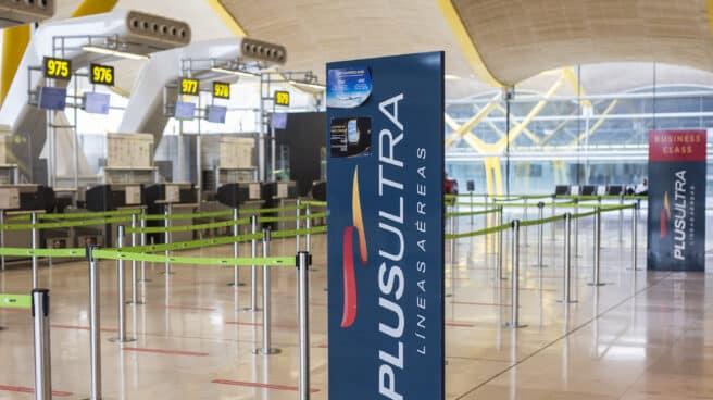Postes publicitarios de la aerolínea Plus Ultra en el edificio terminal del aeropuerto de Barajas.