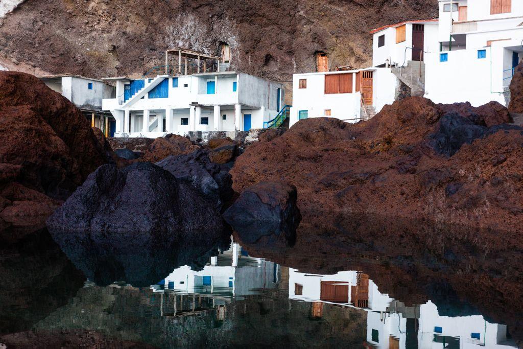 Las casas de Porís de Candelaria frente a su reflejo en el mar