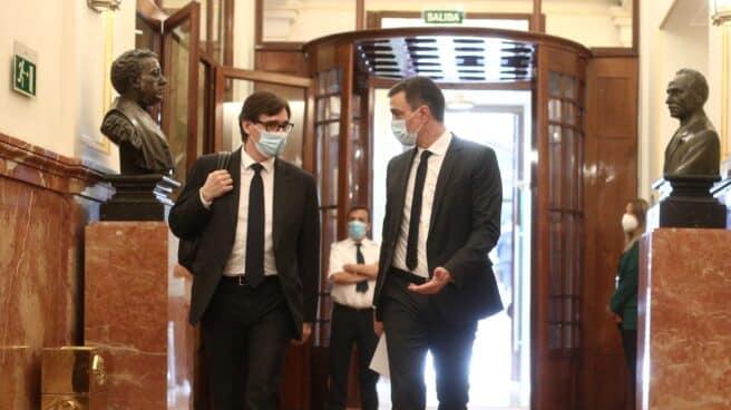 Pedro Sánchez y Salvador, entonces ministro de Sanidad, en los pasillos del Congreso.