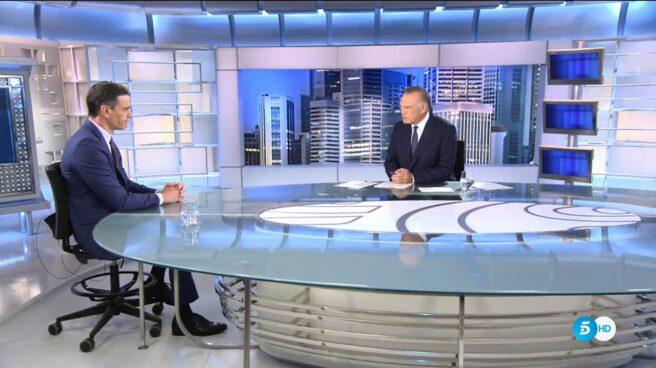Pedro Sánchez durante la entrevista con Pedro Piqueras para Telecinco