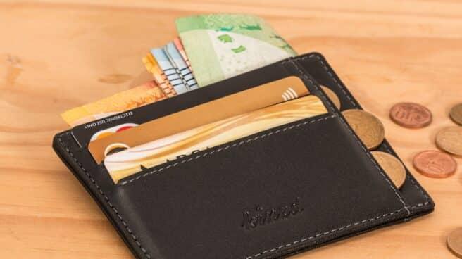 Una cartera con tarjetas de crédito y billetes.