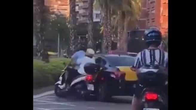 Un taxi embiste a una moto en Barcelona.