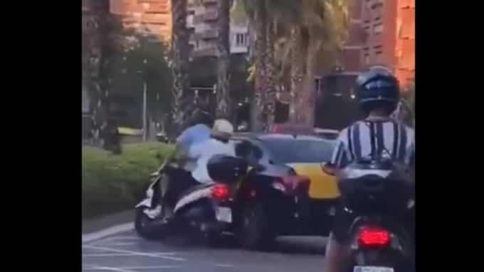 Vídeo: un taxista embiste a una moto y se da a la fuga en Barcelona