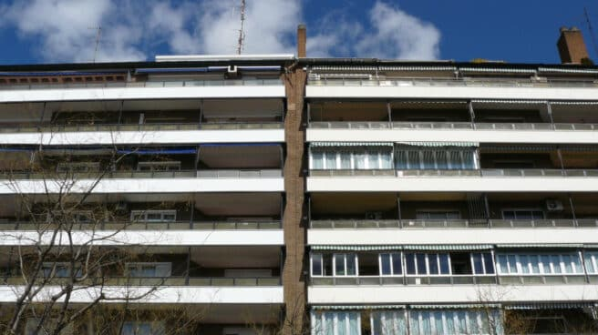 El madrileño hostelero –y todo buen madrileño tiene un proyecto de bar en su cabeza y su corazón– ha bajado a pie de calle lo que viene haciendo desde hace décadas en las fachadas de la ciudad. Es la disposición en horizontal del barraquismo vertical perpetrado en sus terrazas y balcones.