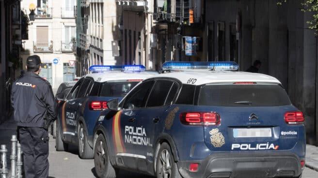 Vehículos de la Policía Nacional, en acto de servicio.