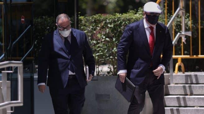 Villarejo, saliendo de la Audiencia Nacional junto a su abogado.