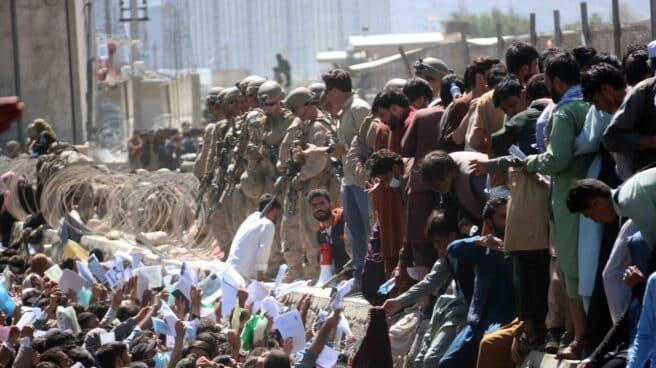 Miles de afganos esperan junto al aeropuerto para dejar su país