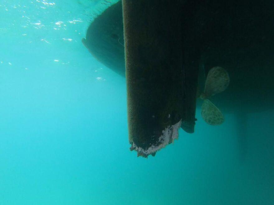 La pala del timón del velero dañada por las orcas.