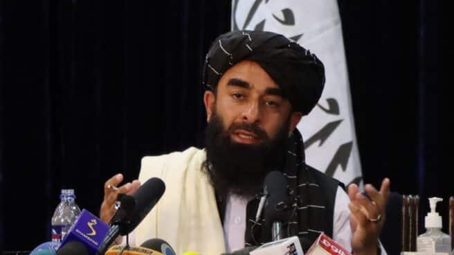 El portavoz talibán Zabihullah Mujahid habla con los periodistas en una rueda de prensa.