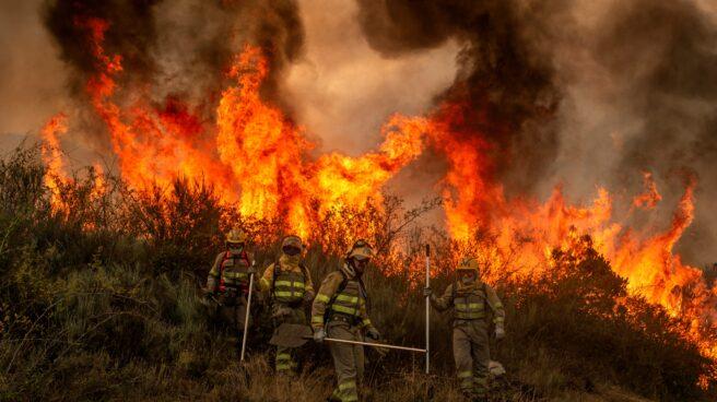 Bomberos forestales realizan labores de extinción en el incendio de Rubiá (Orense).
