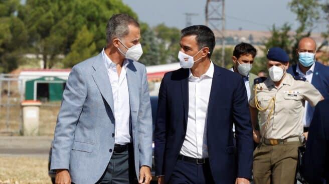 El Rey y Sánchez visitan el centro de acogida en Torrejón.