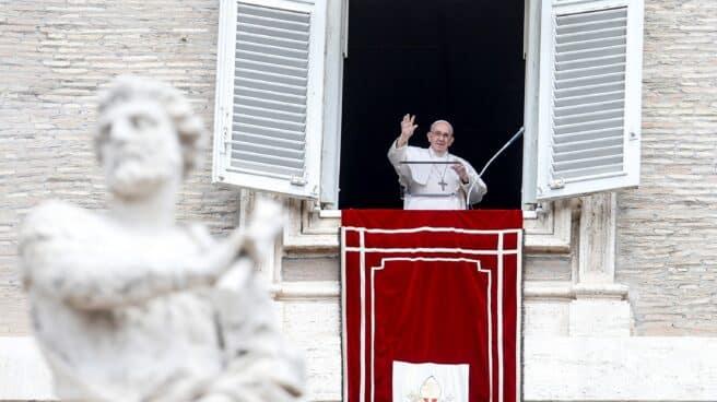 El Papa Francisco recita la oración del Ángelus desde la ventana de su estudio con vistas a la Plaza de San Pedro