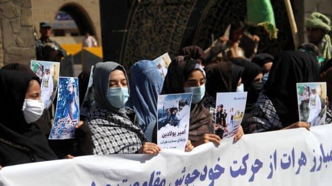 Un grupo de mujeres afganas se manfiesta contra los talibán en Herat