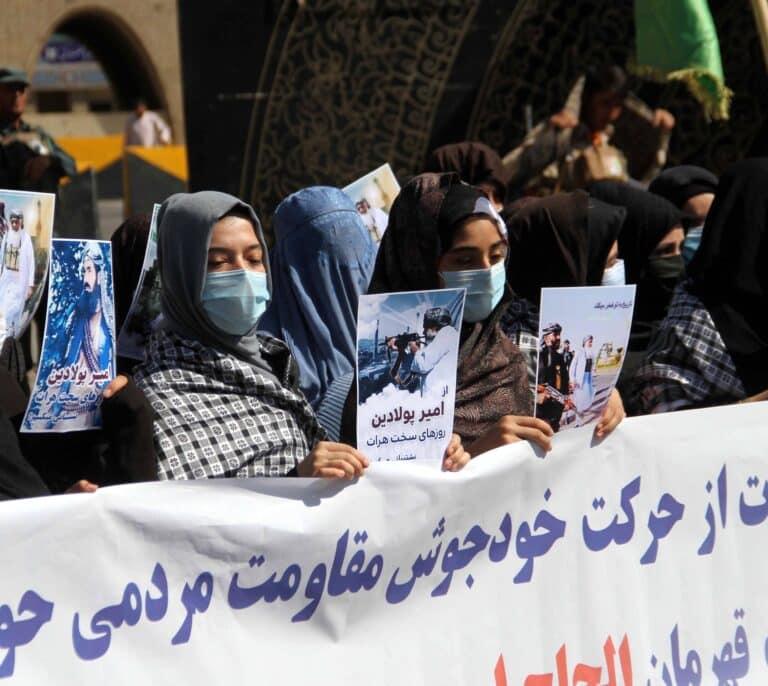 Las mujeres afganas toman las calles de Kabul para reclamar su inclusión en el gobierno talibán