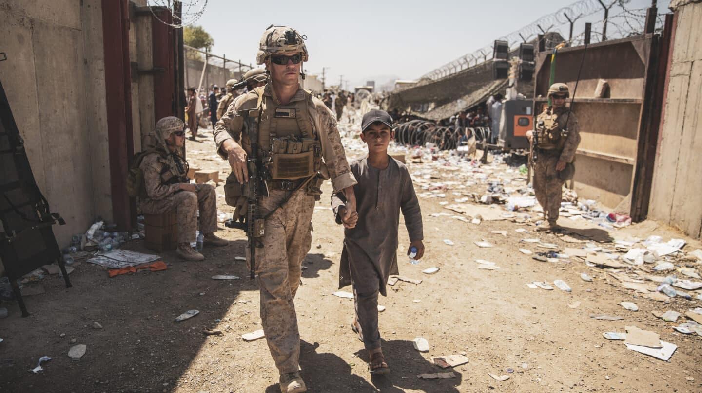 EE.UU. abandona Afganistán con la salida de sus últimos aviones militares de Kabul