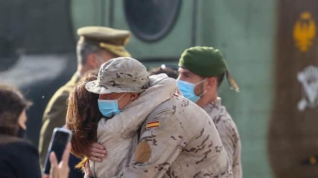 Un soldado abraza a su mujer en un homenaje a los que han servido en Afganistán