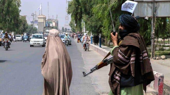 Un talibán vigila una calle en Kandahar