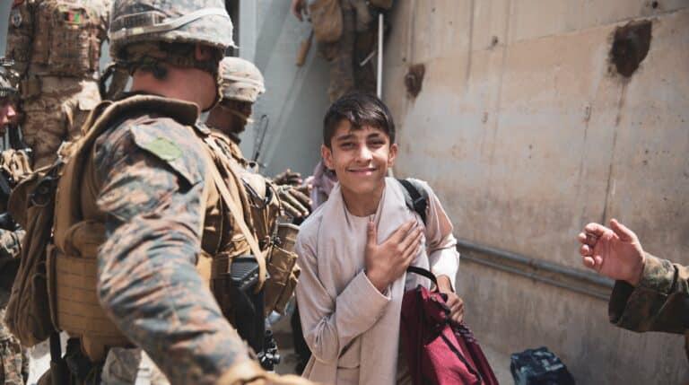 Un niño afgano a punto de salir de Kabul, en la evacuación organizada por EEUU