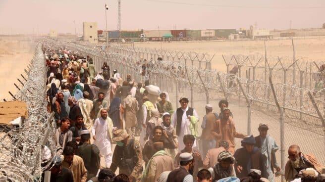 Cientos de personas esperan a cruzar la frontera entre Afganistán y Pakistán