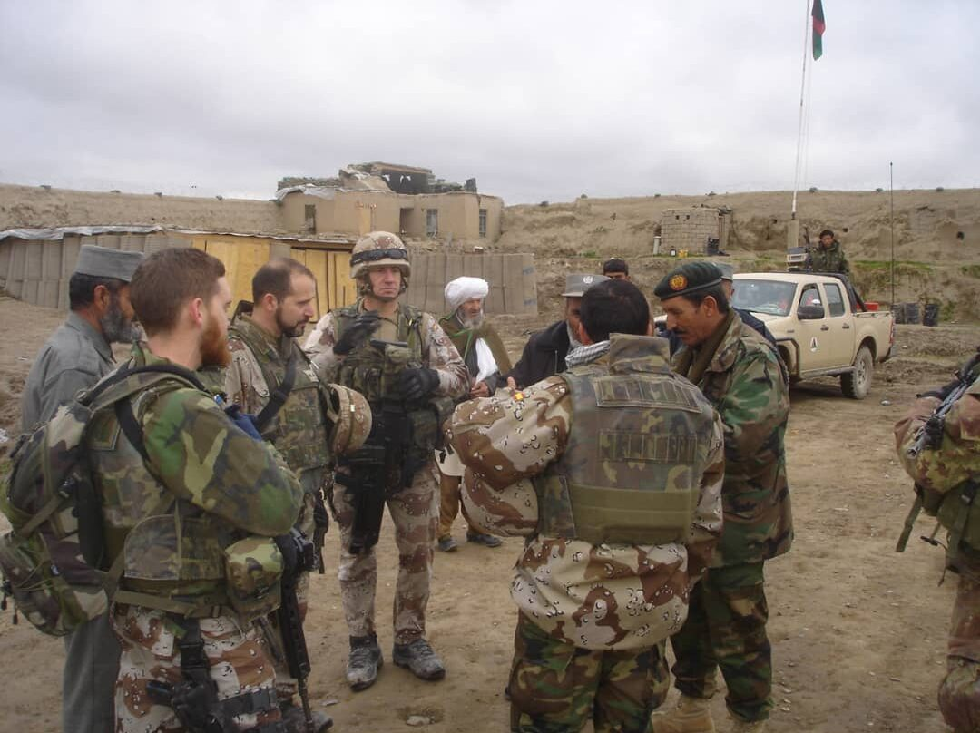 Varios miembros del Ejército español, asistidos por Fawad Ahmad, en Bala Murghab, en 2012