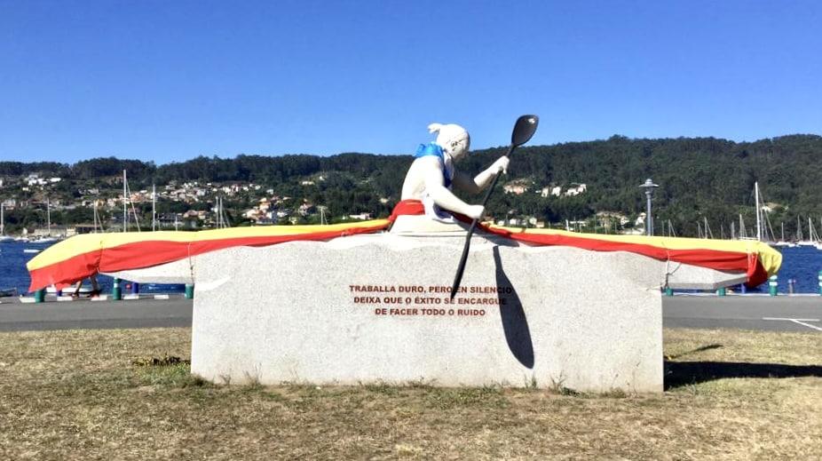 Escultura en homenaje a Teresa Portela en el puerto de Aldán