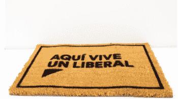 """De felpudos a preservativos """"de regalo"""": el 'merchandising' político, una vía de ingresos en peligro de extinción"""