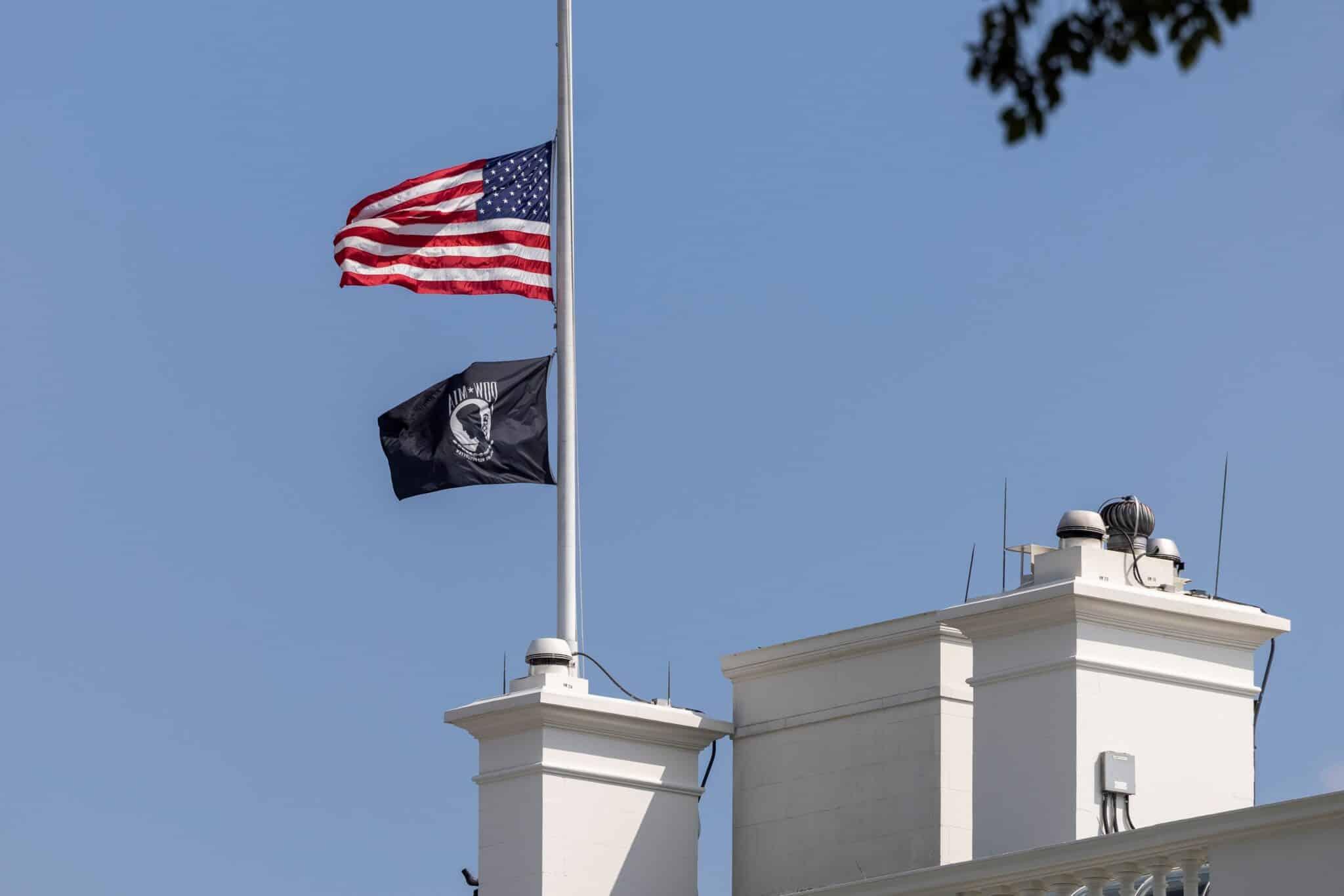Una bandera de EEUU a media asta en la Casa Blanca
