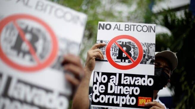 Varios salvadoreños se manifiestan contra la implantación del bitcóin