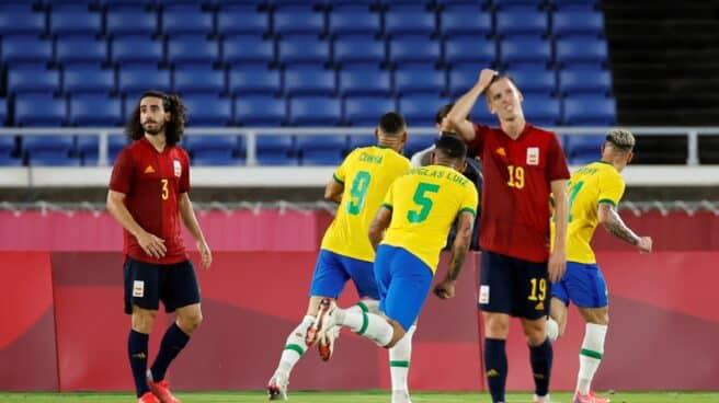 Los jugadores de Brasil celebran el gol de Cunha en la final de los Juegos Olímpicos de Tokio
