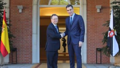 Pedro Sánchez cita mañana en Moncloa al presidente de Ceuta para analizar la devolución de los menores