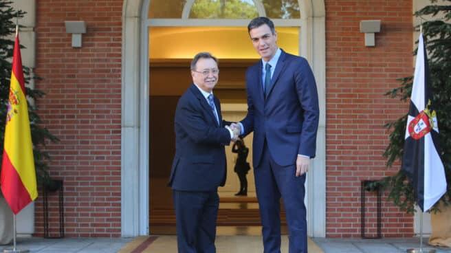 El presidente del Gobierno, Pedro Sánchez, recibe, en el palacio de la Moncloa, al presidente de Ceuta, Juan Jesús Vivas en 2018.