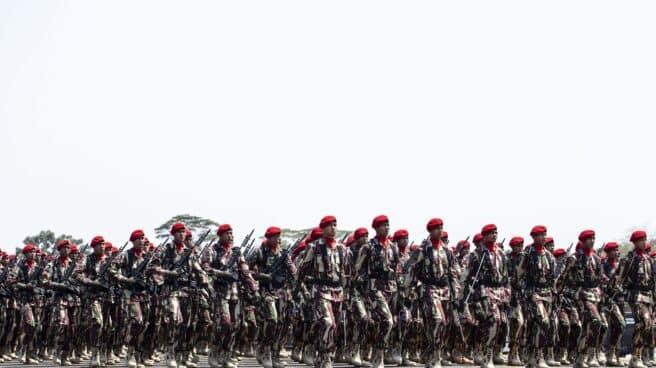 Desfile de la Fuerza Especial Barret Rojo del Ejército de Indonesia