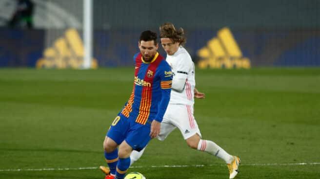 Messi y Modric disputan un balón en el Clásico disputado en Valdebebas la temporada pasada