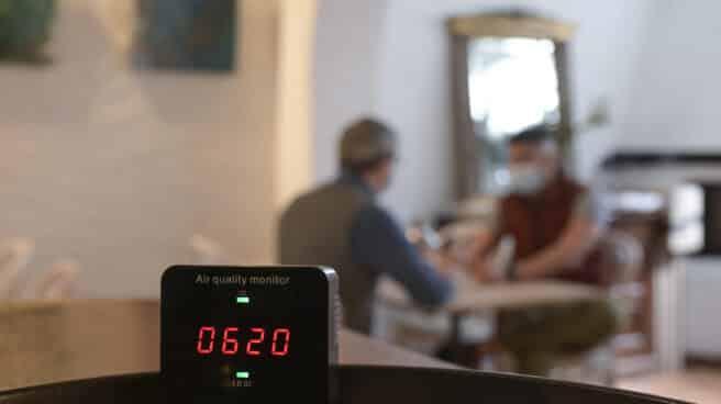 Un medidor de CO2 en el interior de un restaurante en Galicia el día que entró en vigor su obligatoriedad, en abril de 2021.