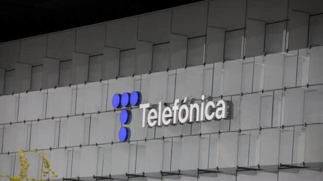 Nuevo logo de Telefónica en la fachada de su sede en Las Tablas (Madrid)