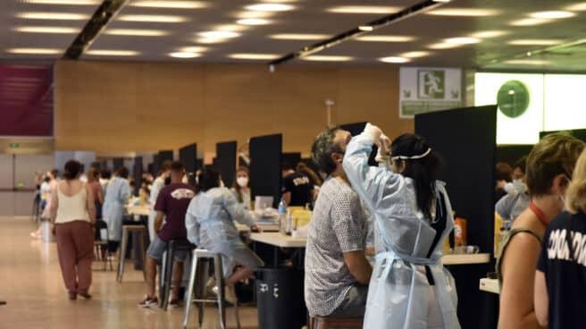 Varias personas se realizan un test de antígenos para acceder al primer día del festival Cruïlla, en Barcelona.