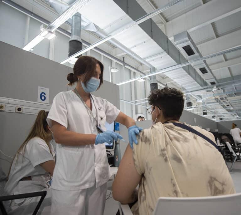 Madrid comienza a vacunar sin cita previa en el Zendal y en el Wizink Center