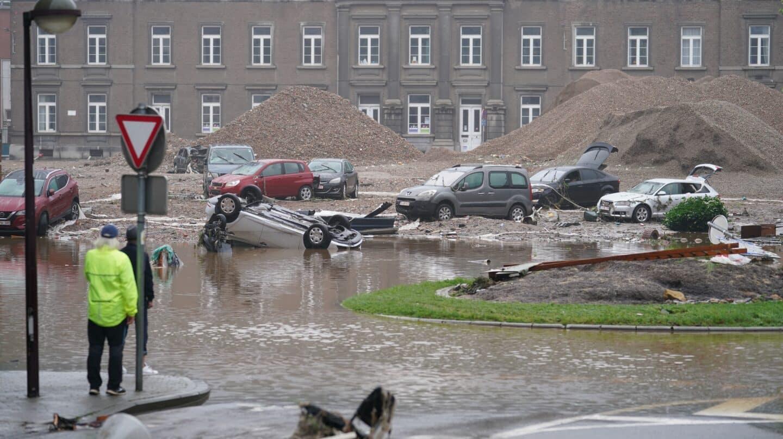 coches destruidos por inundaciones en belgica