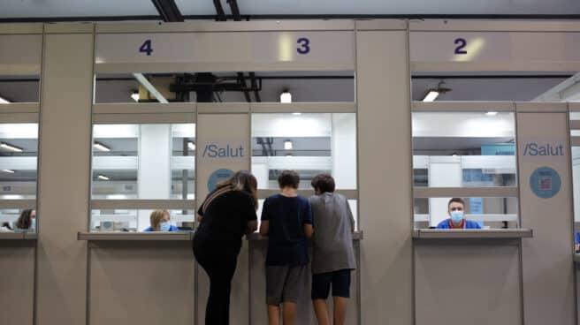 Dos adolescentes acuden a recibir la vacuna contra el Covid-19 en el recinto de Montjuïc de Fira de Barcelona
