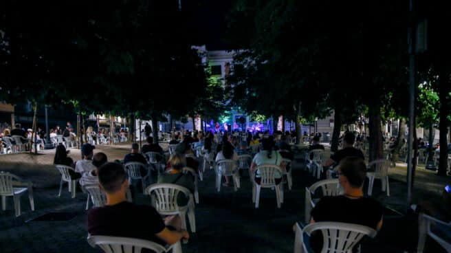Asistentes a un concierto de Los Refrescos en la Plaza del General Vara del Rey, en Madrid.
