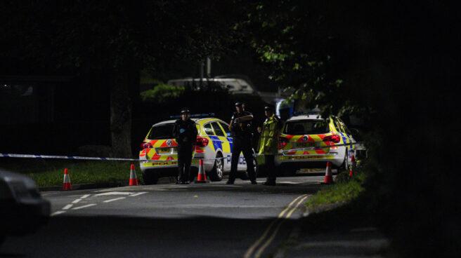 Agentes de policía vigilan tras el tiroteo en Plymouth (Reino Unido)